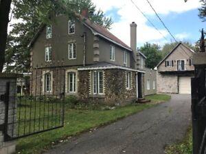 Très grande maison à louer avec grand garage et 3 1/2 séparé
