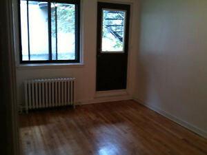 Nice Clean large 4 1/2 CDN (cote ste-catherine) available JULY