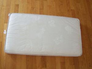 Matelas de bassinette en tissu  très propre
