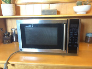 GE Microwave - like new and very clean!
