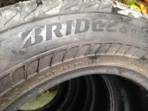 À vendre 4 pneus d hiver 225/65R17 de marque BRIDGESTONE