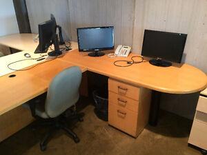 Bureau de travail en érable avec cabinet 3 tiroirs et chaise.