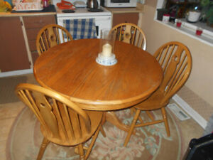SOLID OAK 5PCE  PEDESTAL TABLE AND CHAIRS 42' ROUND