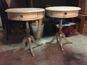2 petites tables rondes