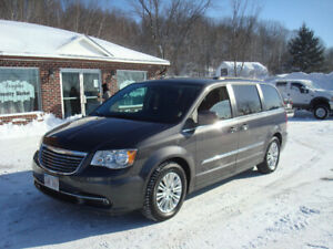 2015 Chrysler Town & Country - 3.6L V6 - Loaded!
