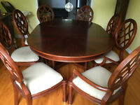 Elegant Dining table + 8 chairs / Table et 8 chaises