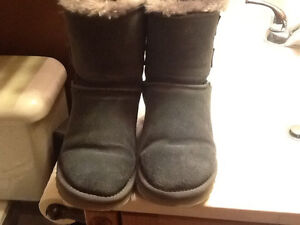 Grey Uggs with bows size 6.5