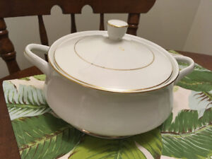 China dish with cover & teapot