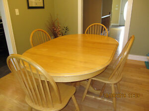 "Solid Oak 4 Windsor chairs with 2 leafs 68"" x 44"""
