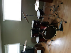 5 piece drum set . Pearl Forum series . Comes with pearl symbols