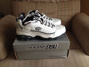 NEUF SOULIERS DE COURSE SKECHERS SIZE 10 RUNNING SHOES NEW