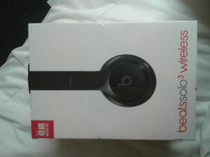 BRAND NEW** beatssolo3 UNUSED AND UNOPENED AND UNUSED IN ANY WAY