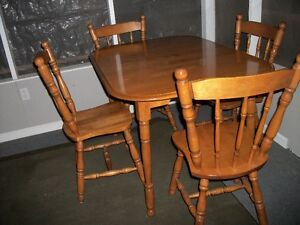 Wooden kitchen table, 4 chairs and leaf Cornwall Ontario image 1