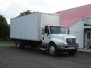 International 4300 , DT466e   24 pieds/ Monte-charge...