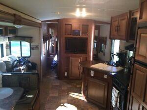 2014 Surveyor 36 foot trailer like new outside kitchen Must sell London Ontario image 9