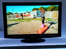 """32"""" LCD PANASONIC FULL HD FREEVIEW TV WITH REMOTE AND STAND"""