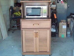 ALMOST NEW MICROWAVE & HUTCH