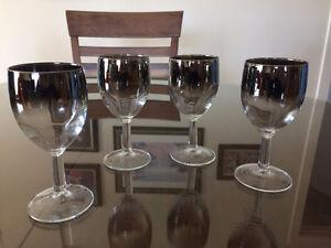 Verres à vin argentés