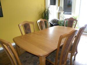 Table de bois en chêne avec 6 chaises