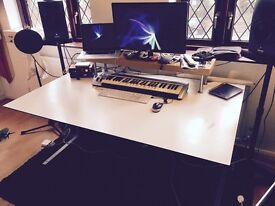 Large desk // ideal for creative / office / music producer