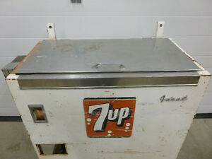 Vintage Ideal 150 7 Up slider style cooler