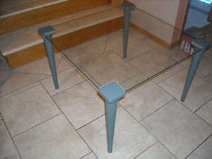 TABLE GLASS WITH METAL LEGS-TABLE VITRE PATTES EN METAL