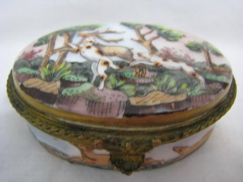 ORIGINAL ANTIQUE CAPODIMONTE  PORCELAIN TRINKET / SNUFF / PILL BOX HUNTING DOGS