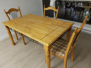 Dining table with 3 chairs in perfect condition