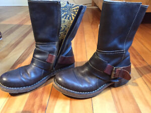 London Fly flat boots