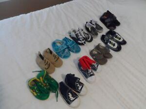 Petits souliers très jeunes enfants