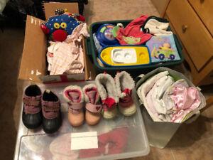 Vêtements bottes,  jouets et couches pour bébé et couvertures