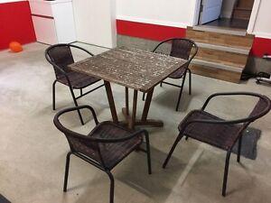 Table en bois de tec et chaises mèche osier / métal