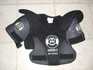 Épaulettes de hockey CCM- small - et autres équipements