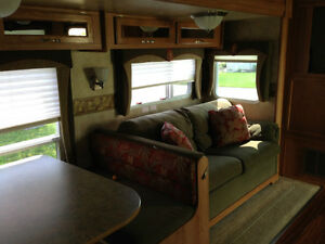Jayco Jay Flight 27.5 RKS 5th Wheel Excellent Condition London Ontario image 3