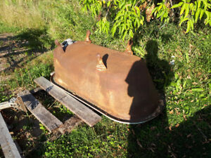 VINTAGE CAST IRON TUB . CLAW FOOT . FAIR CONDITION