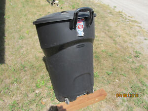 LARGE RUBBERMAID ROUGHNECK GARBAGE CONTAINER ON WHEELS