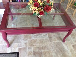 Table de salon champêtre de couleur bourgogne
