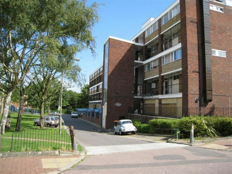4 bedroom flat in Tildesley Road, Roehampton, SW1