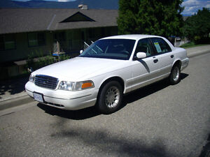 2001 Ford Crown Victoria (excellent condition)