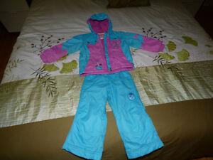 Plusieurs manteaux et pantalons de pluie+vêtements
