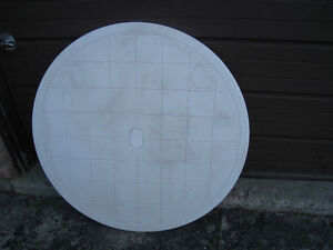 Round plastic Outdoor patio Table in very good condition