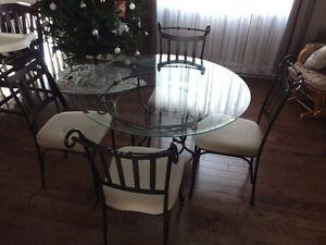 Table en vitre avec chaises