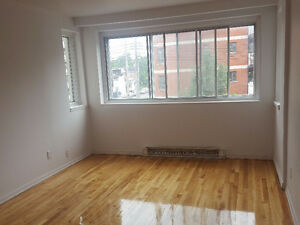 1 MONTH FREE! NEWLY Renovated 3.5 w/BALCONY - Avail NOW!