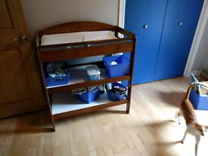 Lit de bébé et table à langer en bois