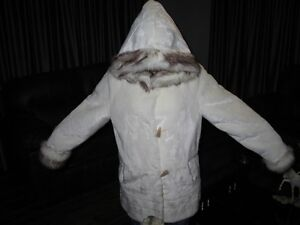 WOMAN COAT New never worn white 3/4 lenght with faux trim. Kawartha Lakes Peterborough Area image 2