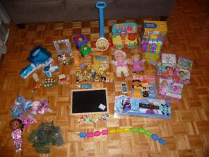 Jouets:  Dr. Lapeluche, poupées carton, tableau, caisse, guitare