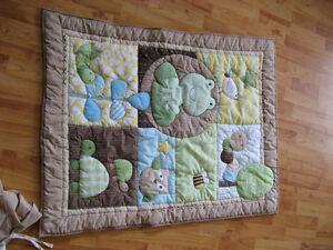 Bel ensemble de douillette pour lit bébé