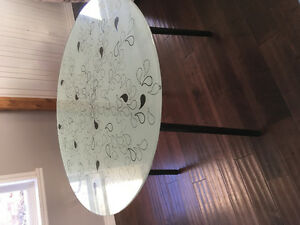 Round dining table - excellent condition