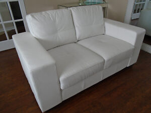 GORGEOUS WHITE BONDED LEATHER LOVESEAT *** CAN DELIVER