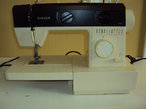Vintage Singer 5528 Sewing Machine with Carrying Case